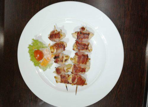 frigarui-din-piept-de-pui-invelite-in-bacon